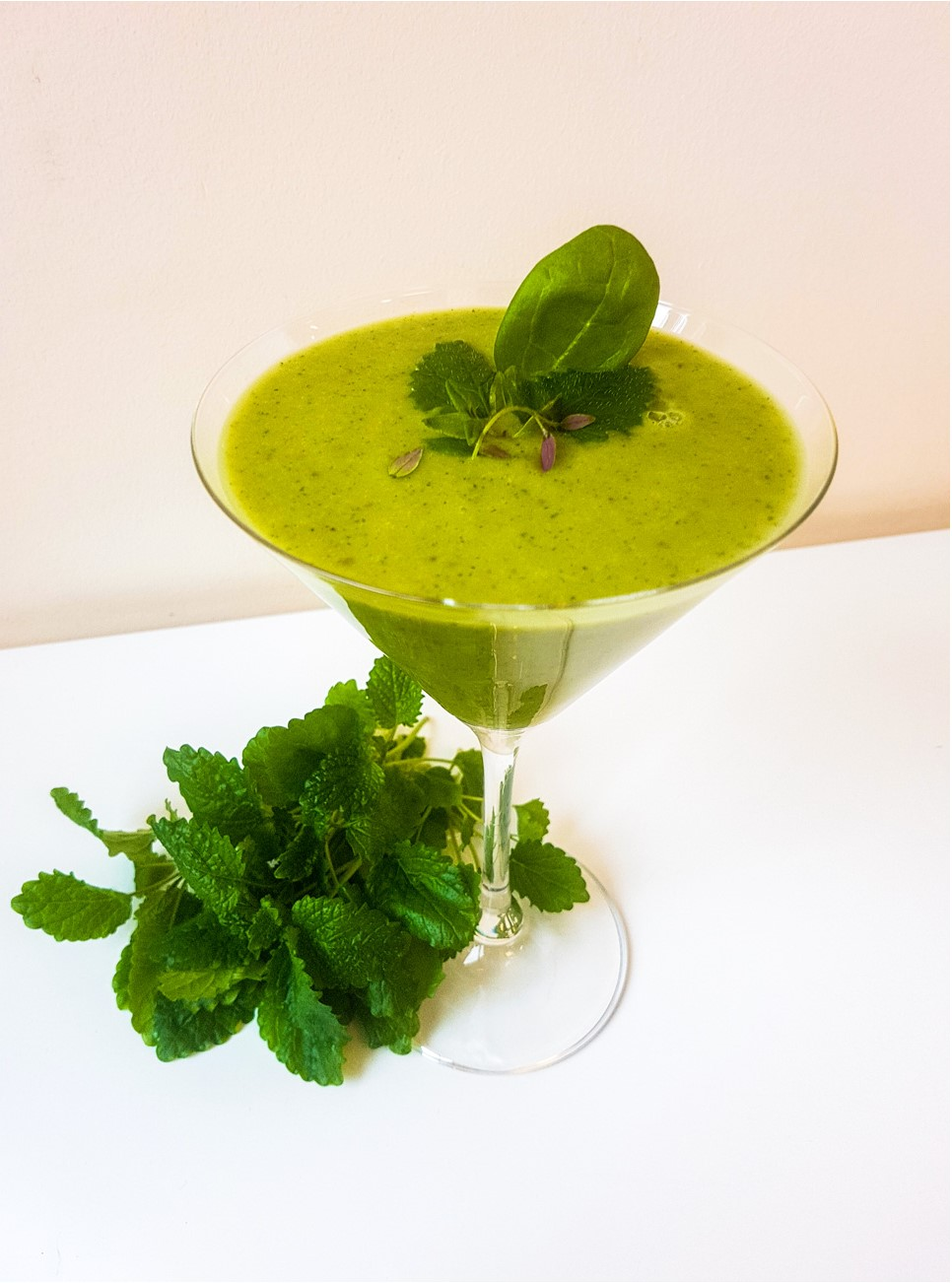 зеленый смузи с авокадо и мелиссой